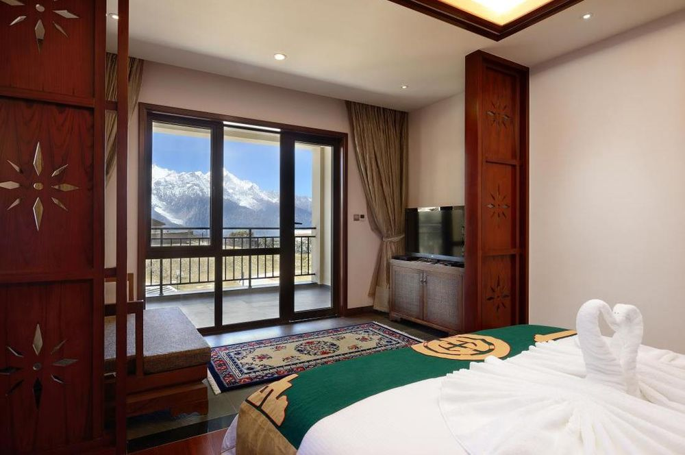 Schlafzimmer mit Ausblick, High Mountain Resort, Deqin, China Rundreise