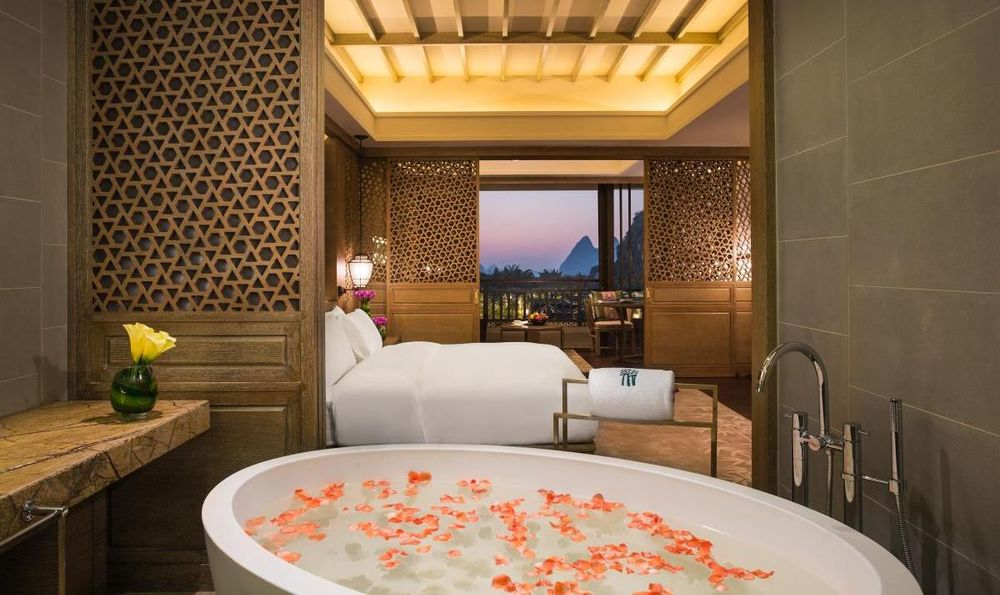 Suite mit Badewanne, Banyan Tree Yangshuo, China Rundreise